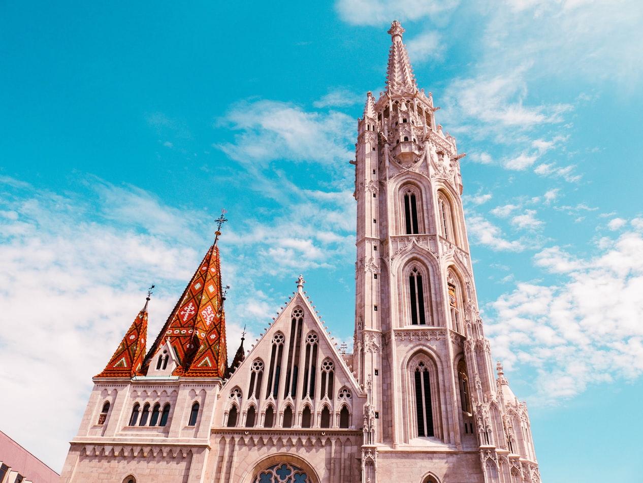 Von überall sichtbar: die Matthiaskirche